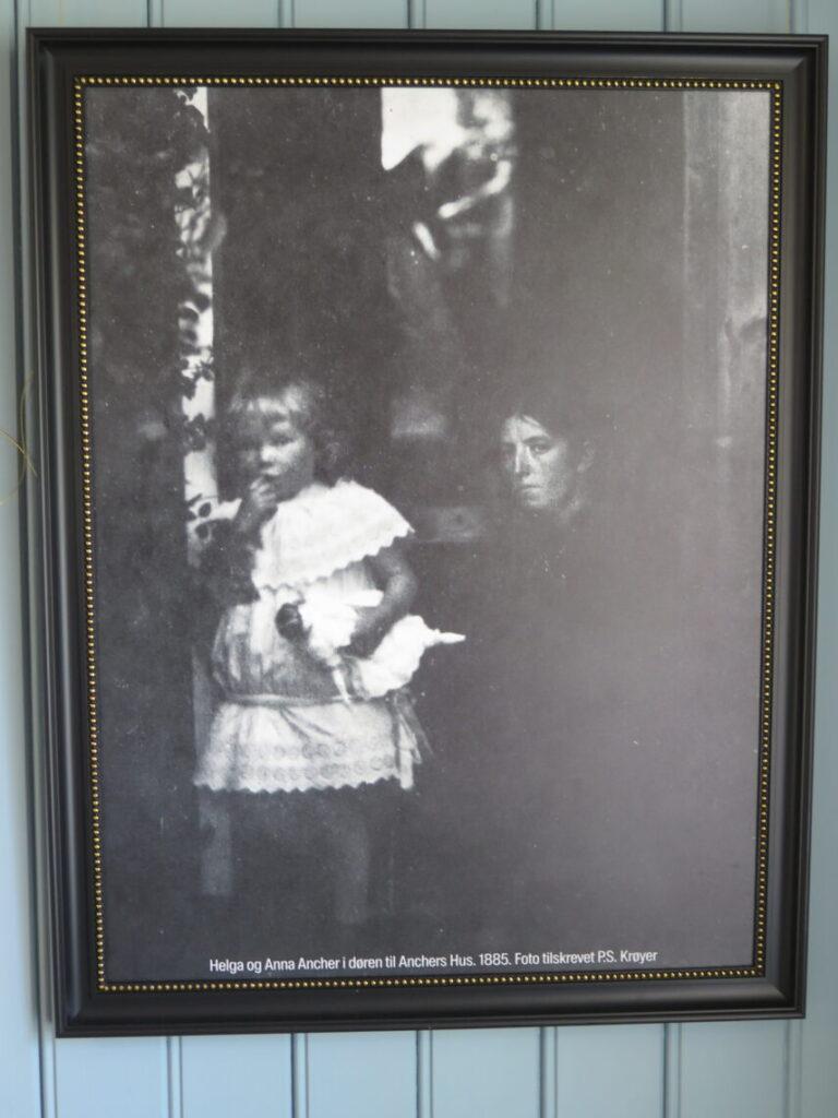 Helga og Anna Ancher i døren til Anchers hus