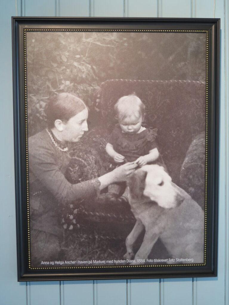 Anna og Helga Ancher i haven på Markvej med hunden Diana