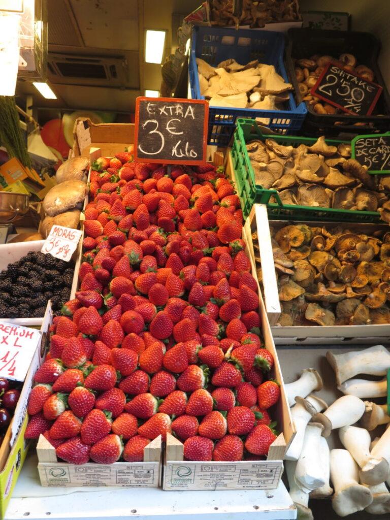 Friske jordbær i januar måned i markedshallen Mercado Atarazanas