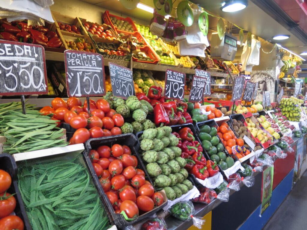 Overblik inde i markedshallen Mercado Atarazanas