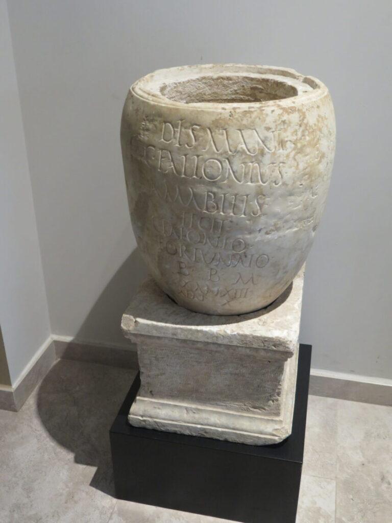 Romersk begravelsesurne af marmor fra Museet Ifergan Collection