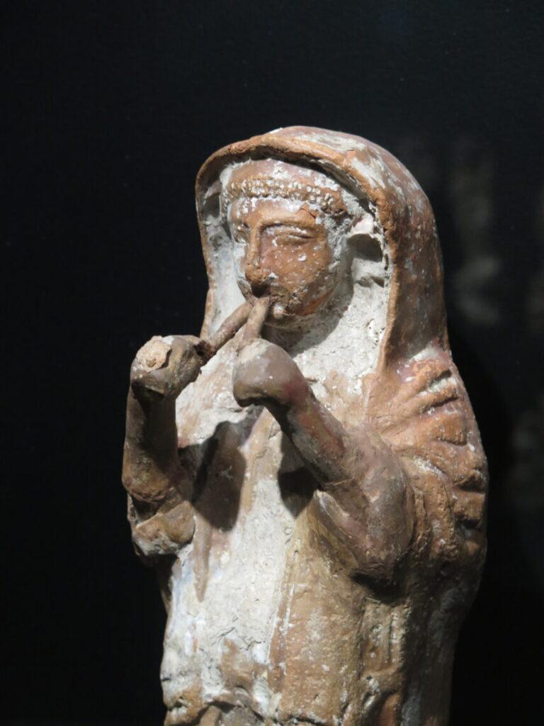 Fløjtespillende terracotta-figur på Museet Ifergan Collection
