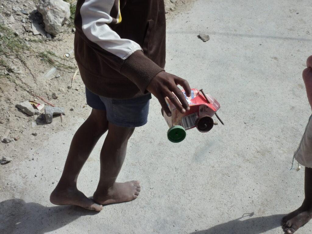 Legetøjsbil af pap lavet af børn i Townships