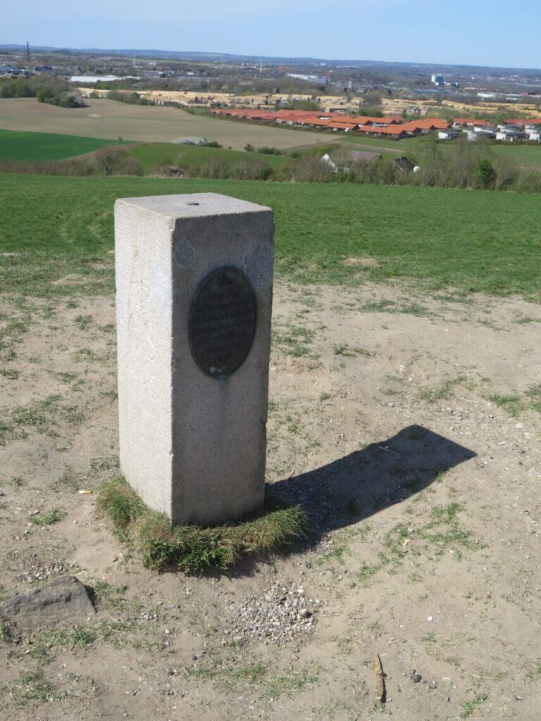Geodætisk postament står på toppen