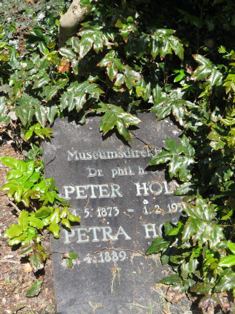 Peter Holm, Den Gamle By, også en af de kendte danskere på Nordre Kirkegård