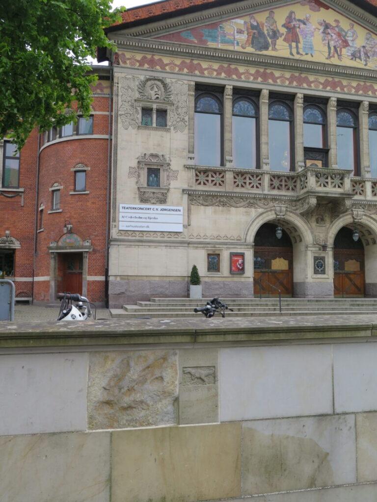 Dinosauren i Aarhus foran Aarhus Teater
